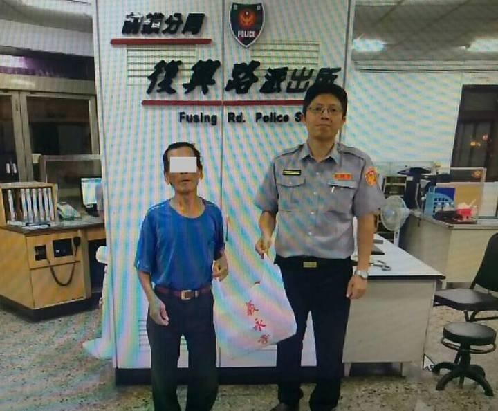 警方獲悉老翁是獨居,平日拾荒維生,也捐贈三包白米給老翁。記者劉星君/翻攝