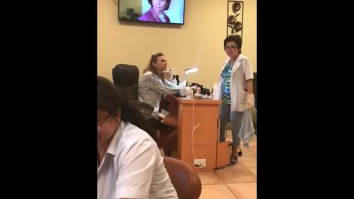 美國1名白人女子(中)和美甲店亞裔老闆發生爭執,過程中不斷發表歧視性言論。翻攝 Facebook/Robin L. Roether