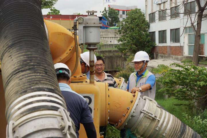 台南仁德區長郭鴻儀視察抽水站確保正常運作。記者吳淑玲/攝影