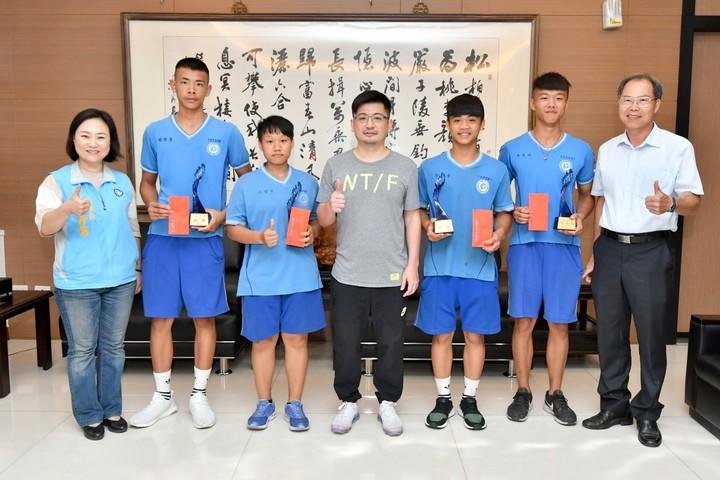 彰化縣議會議長謝典霖(中)今天接見二林高中拳擊隊得獎選手,並頒發獎金。照片/彰化縣議會提供