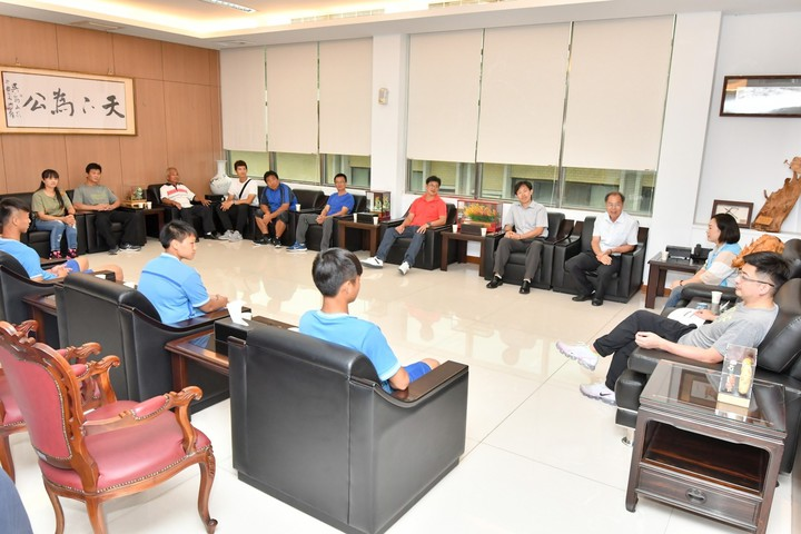 彰化縣議會議長謝典霖(右1)今天接見二林高中拳擊隊得獎選手與家人。照片/彰化縣議會提供