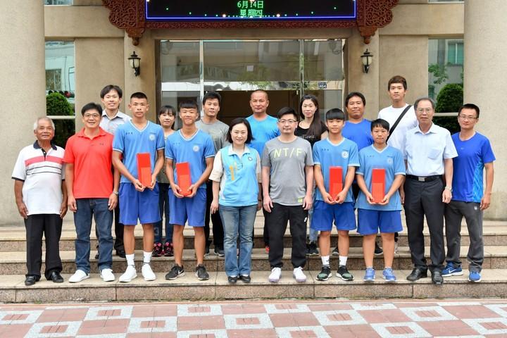 彰化縣議會議長謝典霖(前排右5)今天接見二林高中拳擊隊得獎選手與家人。照片/彰化縣議會提供