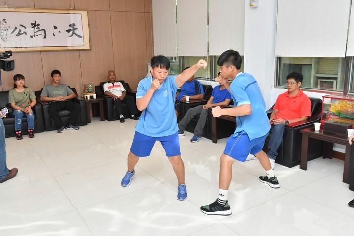 彰化縣議會議長謝典霖(前排右5)今天接見二林高中拳擊隊得獎選手時,選手們還小露一手。照片/彰化縣議會提供