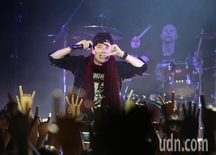 大人物合唱團晚間在台北開唱,一登台就引爆全場氣氛。記者林澔ㄧ/攝影