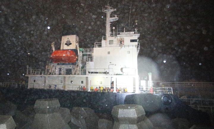 擱淺在鳳鼻頭岸邊的「SHINE LUCK」油輪,由於風浪過大,救難人員不敢前往救援,所有18名船員全部穿上救生衣在甲板待命,消防單位也打算聯繫吊車希望將所有人救出。記者劉學聖/攝影