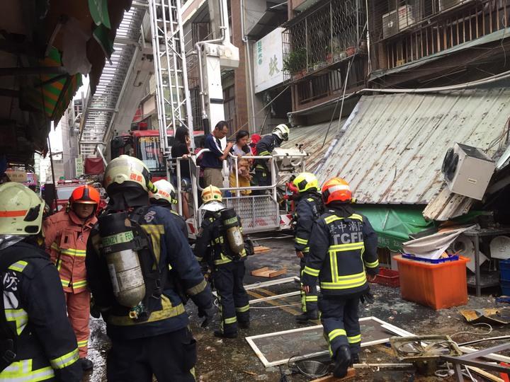 台中市東區建新街一家食品加工行,今天清晨傳出瓦斯氣爆意外,現場滿目瘡痍。記者陳宏睿/翻攝