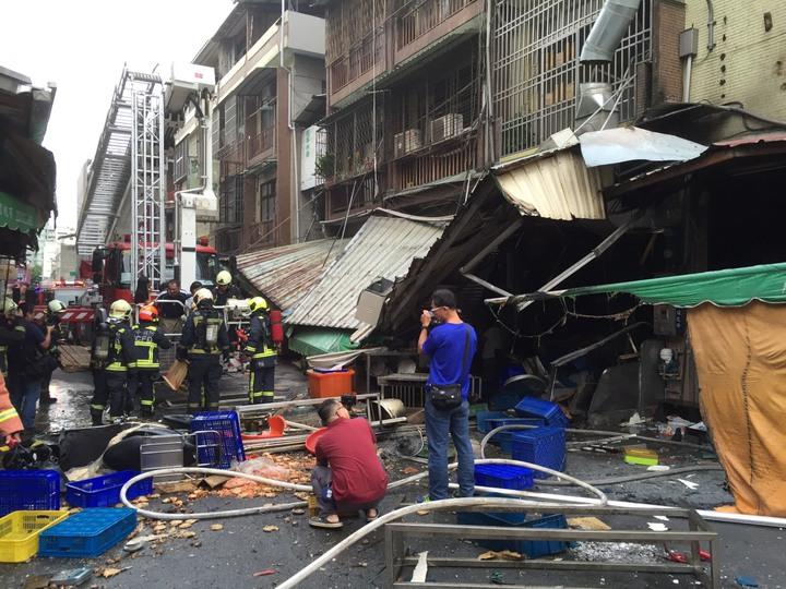 台中市東區建新街一家食品加工行,今天清晨傳出瓦斯氣爆意外,3人受傷。記者陳宏睿/翻攝