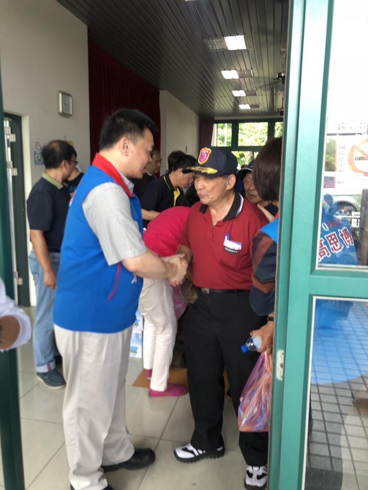 國民黨台南市長參選人高思博(左)站在門口緊握每一位選民的手。記者唐秀麗/攝影