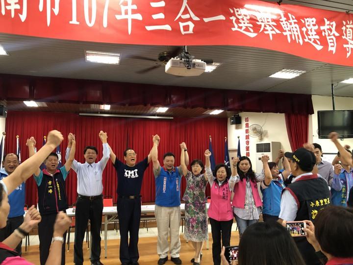 國民黨秘書長曾永權 (左三)今天到台南市為黨提名市長參選人高思博 (左四)授戰旗加油,黨內民調初選落敗的黃秀霜(左五)首度站台允諾助選。記者唐秀麗/攝影