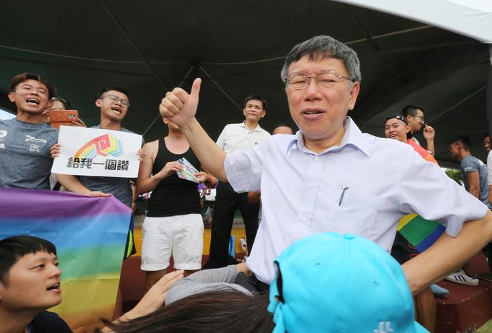 台北市長柯文哲(右)下午前往大佳河濱公園,參與端午節系列活動,他沿河岸探訪龍舟賽選手,一路受到選手熱烈歡迎,為同志龍舟手比出讚。記者許正宏/攝影