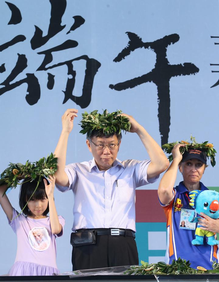 台北市長柯文哲(中)下午前往大佳河濱公園,參與端午節系列活動,與市民朋友一起手作艾草花冠。記者許正宏/攝影