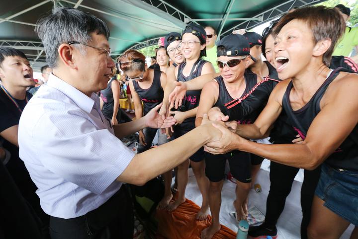 台北市長柯文哲(左)下午前往大佳河濱公園,參與端午節系列活動,他沿河岸探訪龍舟賽選手,一路受到選手熱烈歡迎,握手合影來著不拒。記者許正宏/攝影