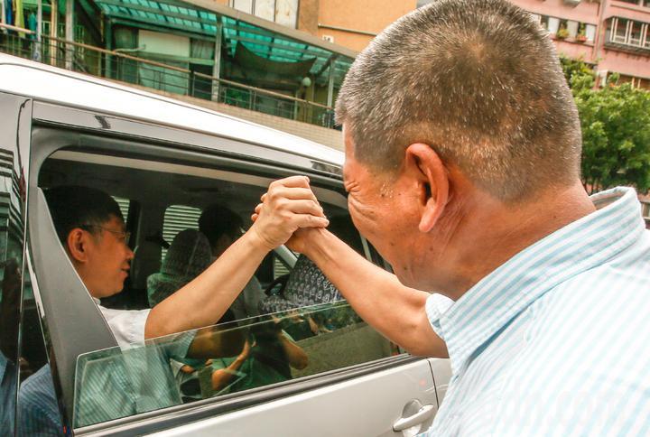 台北市長柯文哲(左)上午前往拜訪中山區埤頭里里民活動中心拜訪里長林銘清(右),市長離去前,兩人還義氣相挺地握手。記者鄭超文/攝影