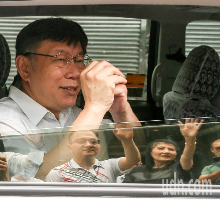 台北市長柯文哲(左)上午前往拜訪中山區埤頭里里民活動中心拜訪里長林銘清等,感謝里長的支持。記者鄭超文/攝影
