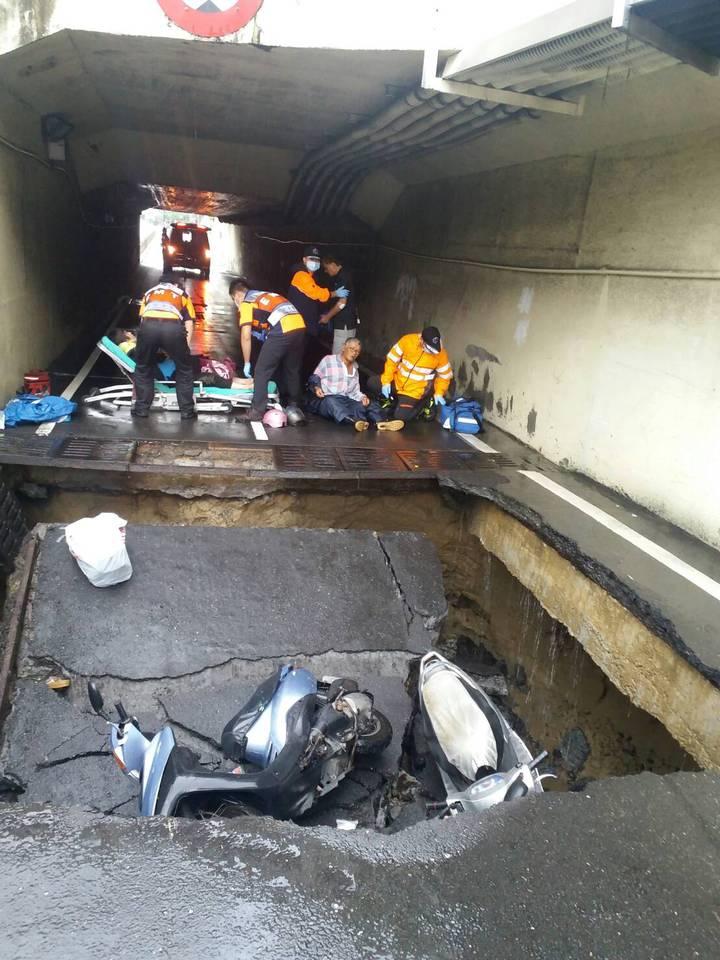 台南市林森路往健康路的地下道他現, 3名騎士受傷。 /圖台南市消防局提供
