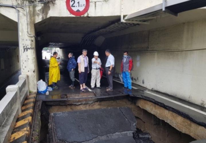 事發後台南市工務局人員到場勘查。 圖/翻攝畫面