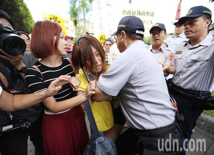 抗議民眾隨即轉往總統府前繼續抗議,試圖超越警方管制區,一度爆發推擠衝突。記者高彬原/攝影