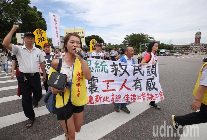 抗議民眾轉往總統府前繼續抗議。記者高彬原/攝影