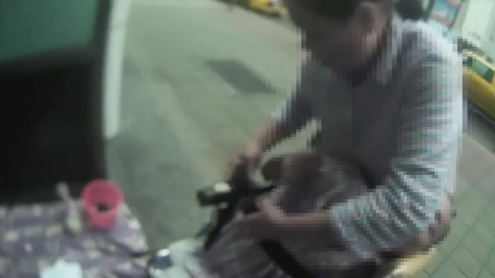 一對陸客夫妻帶著29歲患有小兒麻痺的兒子,以觀光名義來台,卻在台北東區街頭行乞。記者謝育炘/翻攝