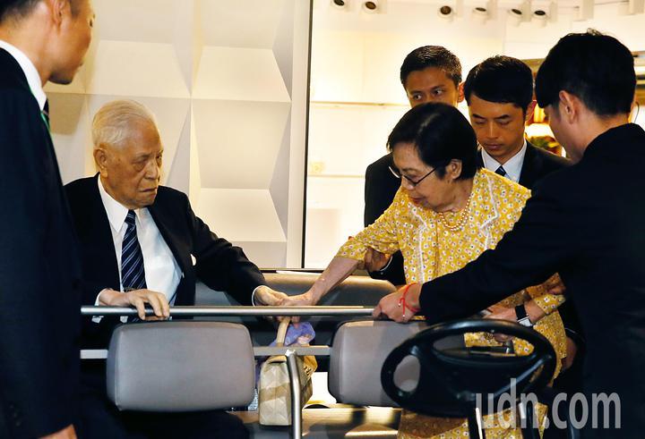 前總統李登輝(左二)與夫人曾文惠(右三)下午搭機前往日本沖繩,參加後天的沖繩戰時台灣人戰亡者慰靈碑的揭碑儀式。記者鄭超文/攝影