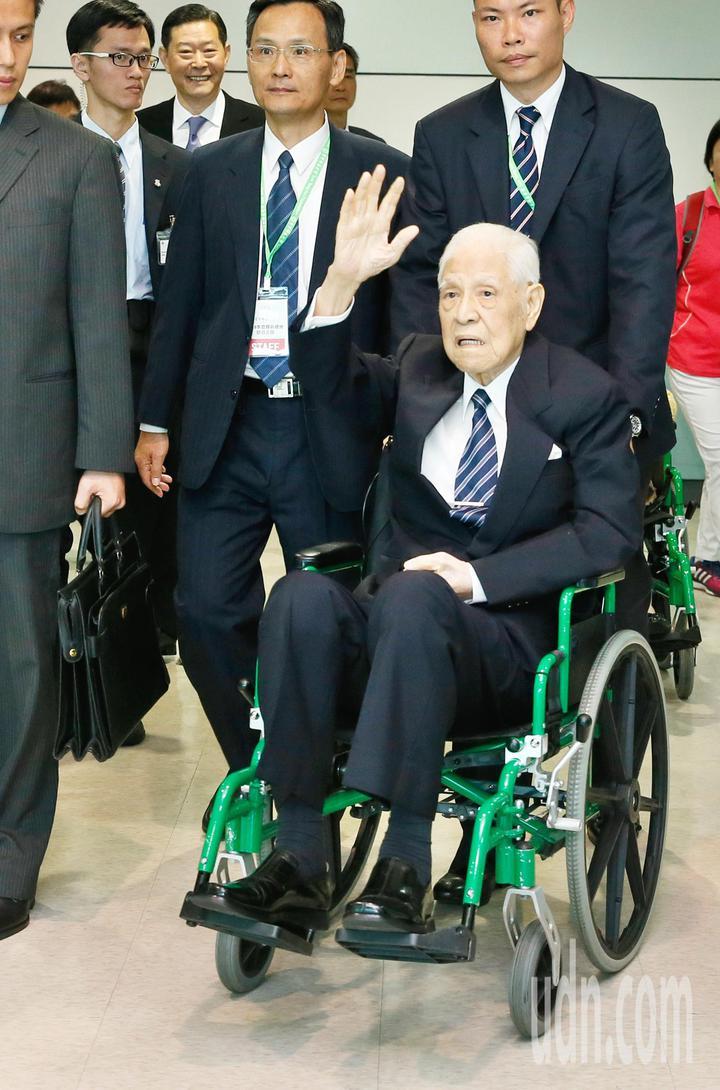 前總統李登輝(右)伉儷下午搭機前往日本沖繩,參加後天的沖繩戰時台灣人戰亡者慰靈碑的揭碑儀式,在上機前向媒體揮手致意。記者鄭超文/攝影