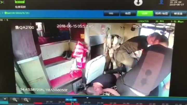 大陸1名客運司機突然腦中風昏厥,乘客謝尚璠和另一名司機及時穩住方向盤,拯救全車乘客。 Newsflare/美聯