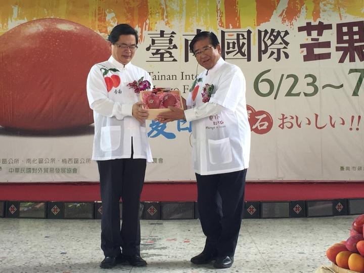 台南市代理市長李孟諺(左)致贈芒果給日本靜岡縣富士宮市市長藤秀忠(右)。記者吳政修/攝影