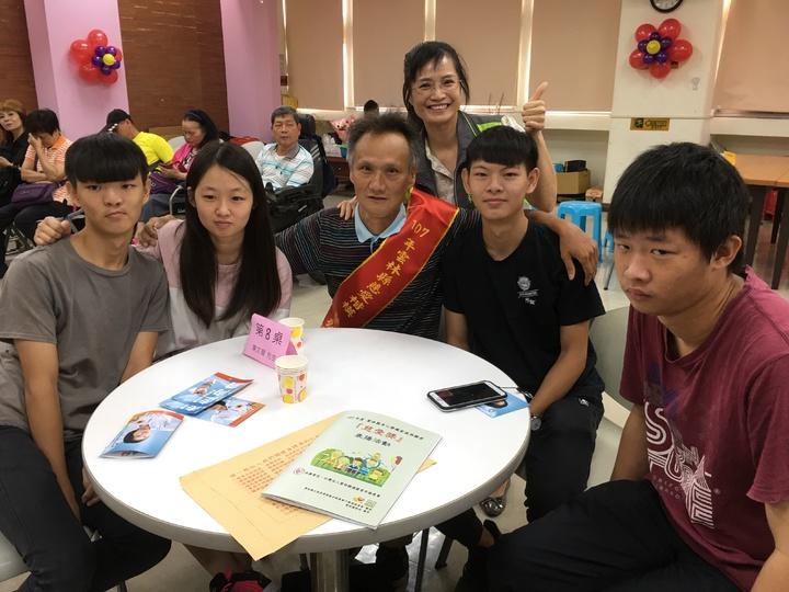 雲林縣單親爸爸葉文龍(左三)10多年前與妻子離婚後,獨自撫養女兒與智能障礙的兒子,及妹妹過世後託付的二個兒子,偉大的付出獲縣府表揚。記者陳雅玲/攝影