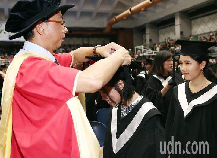 台灣師範大學今天舉行畢業典禮,各學院院長一一為畢業生撥帽穗。記者杜建重/攝影