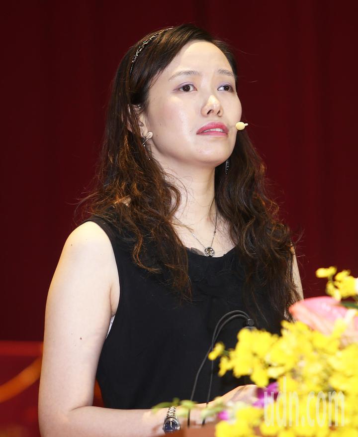 台灣師範大學今天舉行畢業典禮,典禮中並邀請國內首位重度視障諮商心理師,同時也是台師大校友的朱芯儀發表演說。記者杜建重/攝影