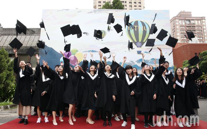 台灣師大上午舉行畢業典禮,畢業生在校園內進行校園巡禮後,大家一同拍合照留下最美的身影。記者杜建重/攝影