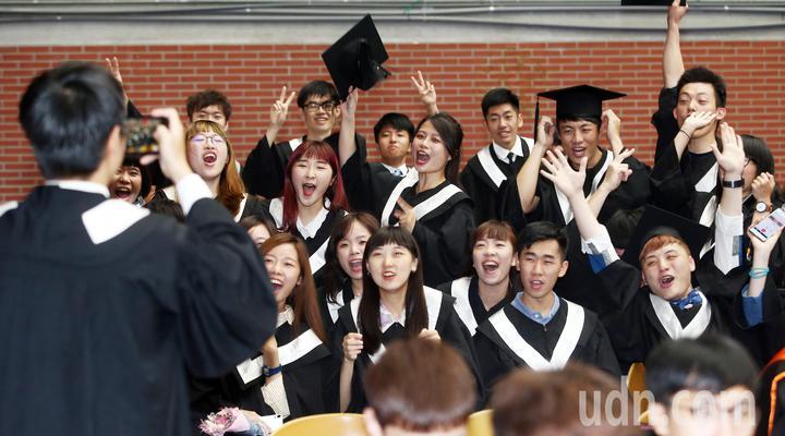 台灣師範大學上午舉行畢業典禮,畢業生在會場上不停拍合照。記者杜建重/攝影