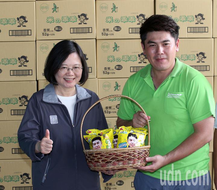 蔡英文(左)促銷香蕉米乖乖。記者劉學聖/攝影