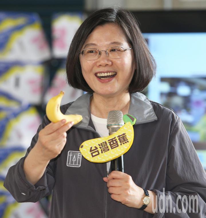 蔡英文總統說她愛吃香蕉,希望大家多多支持台灣農產品。記者劉學聖/攝影