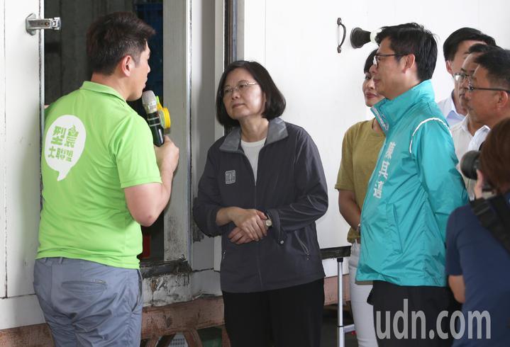 蔡英文總統(左二)聆聽香蕉催熟步驟。記者劉學聖/攝影