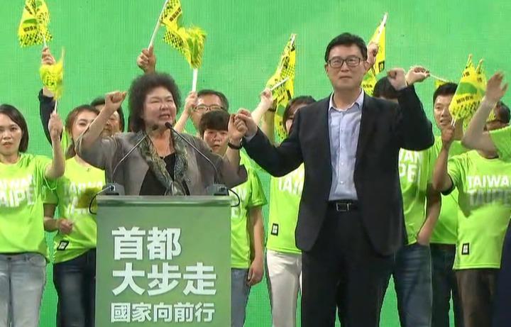 民進黨台北市長參選人姚文智舉辦首場造勢晚會,總統府秘書長陳菊拉著他的手高喊凍蒜。攝影/記者謝育炘