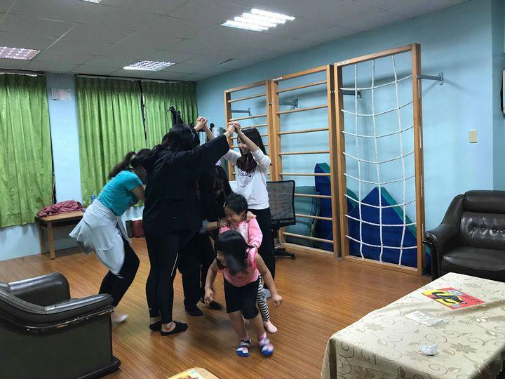 淡江蘭陽校園英美語言文化學系助理教授謝顥音帶著4個學生,每周三花近4小時車程往返南澳部落,陪伴學齡前的原住民孩子,共讀繪本40分鐘。圖/謝顥音提供