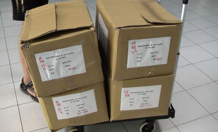 高雄市教育產業工會受理年金的1556份訴願書、11份復審書,分裝成四大箱。記者徐如宜/攝影