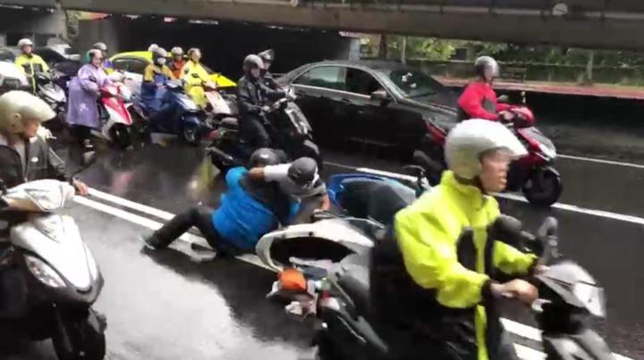 瑪莉亞颱風來襲,北市府宣布下4時後停止上班上課,不止捷運各站塞爆,很多機車族也趕著在大風雨前回家。不過就有民眾經過中山北路時,看到兩位機車騎士因為擦撞,一言不合出手相向,但其他機車騎士不但沒人上前勸架,還趕快從旁邊繞道經過,想要快騎車回家。 圖/翻攝爆怨公社