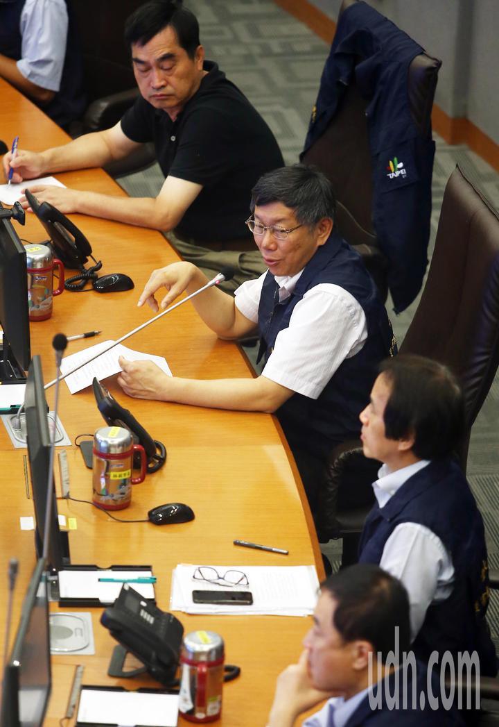 台北市長柯文哲(左二)上午巡視台北市災害應變中心,聽取各單位災情報告。記者杜建重/攝影