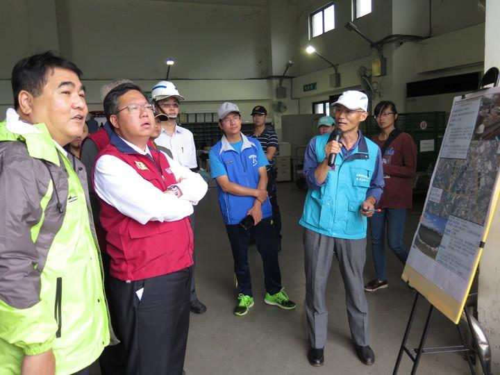 桃園市長鄭文燦(左二)今天視察桃園區樹仁三街臨時滯洪池工程,表示颱風來前已提前放水應變。記者張裕珍/攝影