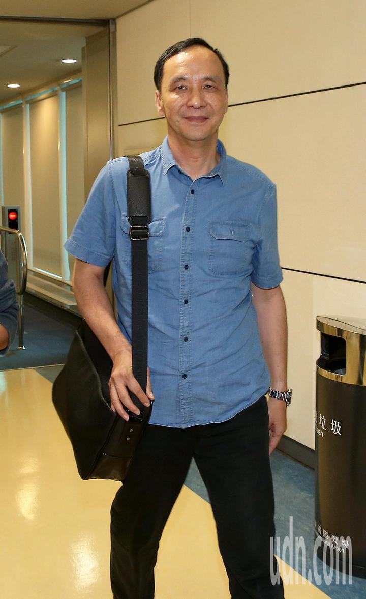 新北市長朱立倫結束新加坡訪問行程,11日傍晚搭乘長榮航空公司班機返抵桃園機場。記者陳嘉寧/攝影