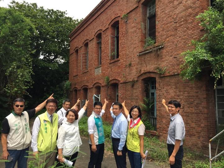 民進黨下屆台南市長提名人黃偉哲(右三)與台南市議長(左三)會勘岸內糖廠紅樓。記者吳政修/攝影