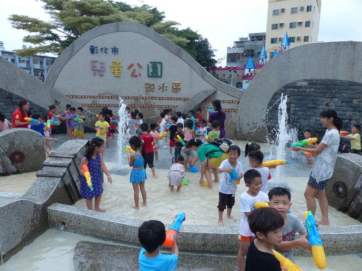 彰化市公所從7月14日起至8月18日,將舉辦4場夏日戲水與親子的活動,如果捐發票還可以兌換水槍,市立托兒所的小朋友今天在兒童公園先玩為快。記者劉明岩/攝影