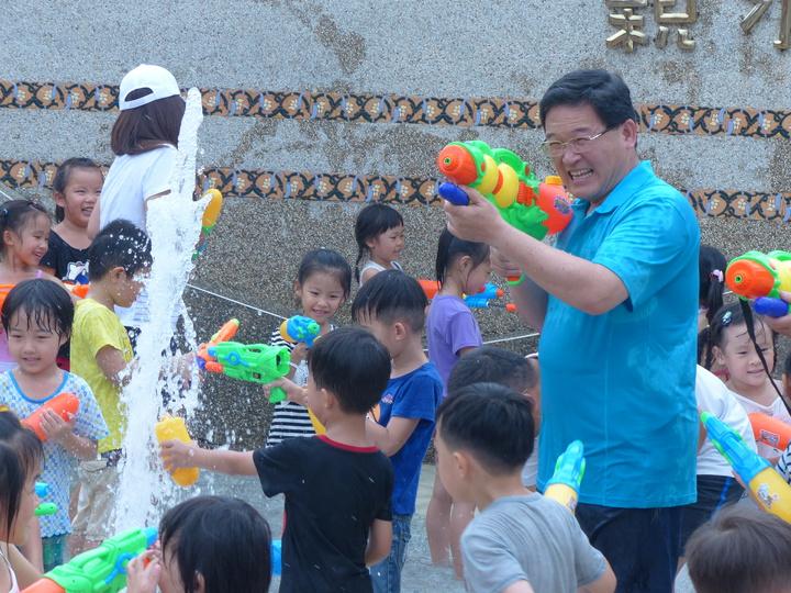 彰化市公所從7月14日起至8月18日,將舉辦4場夏日戲水與親子的活動,如果捐發票還可以兌換水槍,市長邱建富今天先在兒童公園體驗,與小朋友打水仗。記者劉明岩/攝影