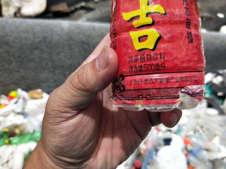 海大校門口前方海邊岸上滿布海漂垃圾,赫見大陸飲料瓶。記者游明煌/攝影