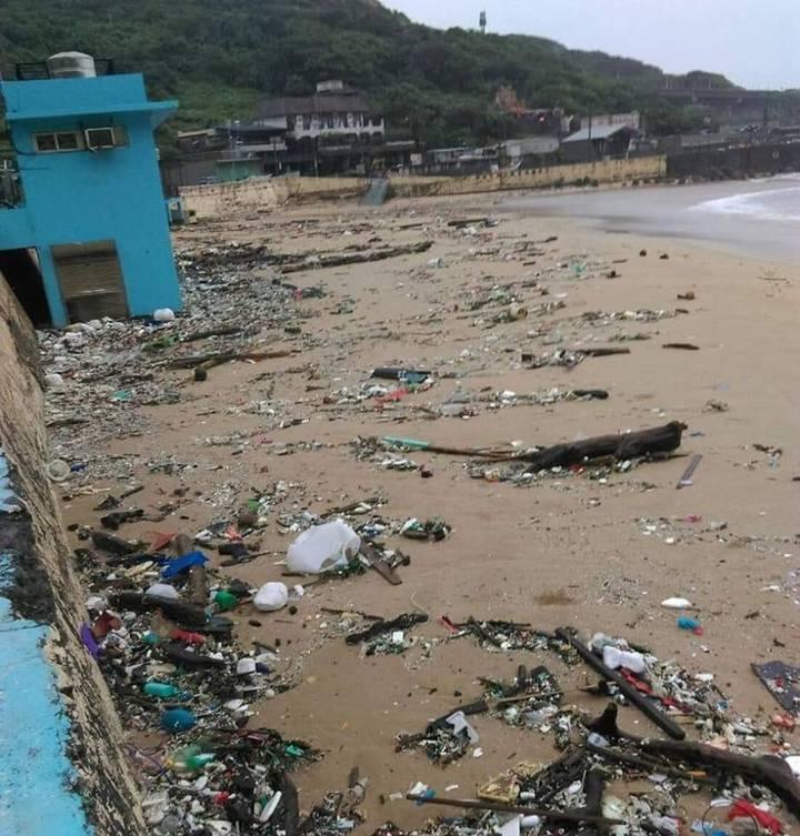 外木山海域滿布海漂垃圾,什麼東西都有。圖/取自基隆人大小事