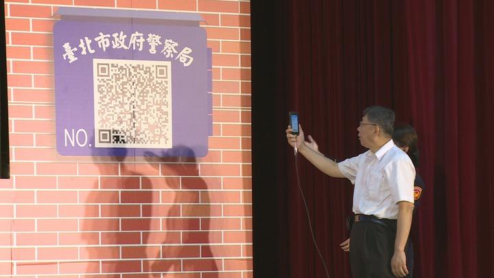 北市警局電子巡邏箱啟用記者會,台北市長柯文哲除了現場聽取簡報外,也親自體驗如何進行巡邏簽到作業。攝影/記者謝育炘