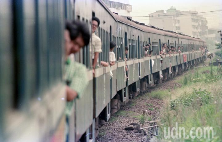 省鐵路局加掛特別列車,舉辦「淡水最後一班列車」活動,讓喜愛北淡線的旅客陪伴小火車走完最後一程。圖/本報資料照