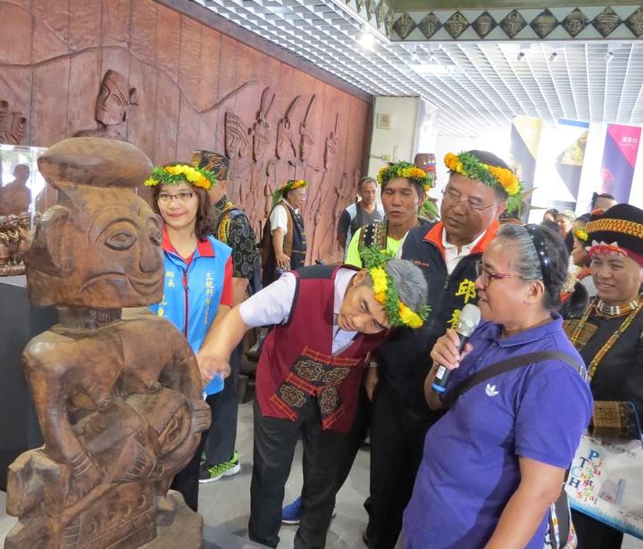 這項名為「美木傳菁」的木雕展在原住民文化會館舉行,上午在開幕茶會中,吸引許多人參觀。圖/縣府提供